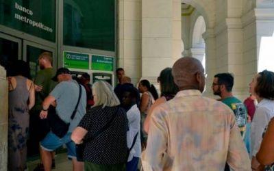 Cuba suspende los depósitos de dólares en efectivo en la isla