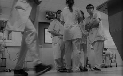 Nos unimos o nos hundimos: las lecciones que deben aprender los médicos