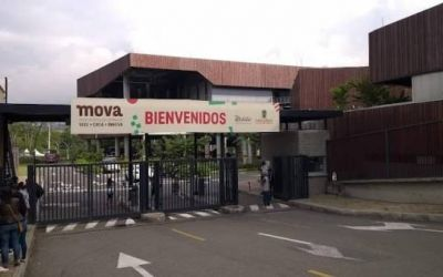 Jefe de seguridad de la Secretaría de Educación de Medellín agarró a pistola a 2 jóvenes