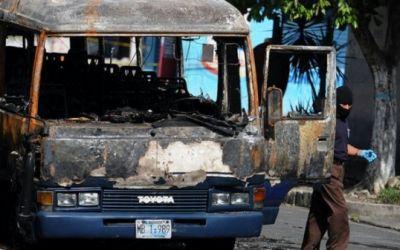Cómo fue la masacre del microbús en Mejicanos, el ataque más sangriento de las maras de El Salvador en el que 17 pasajeros murieron carbonizados