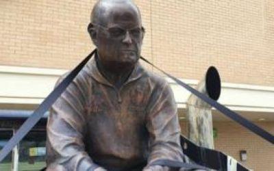 La escultura de Marcelo Bielsa que un hincha británico mandó a hacer por ayudarle a superar el trauma por un atentado