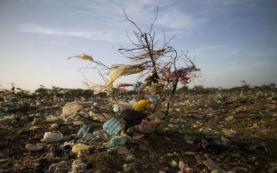 Las impresionantes imágenes de un vertedero en Colombia que alertan sobre el mal uso del plástico