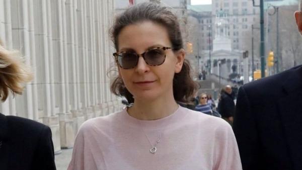 """Clare Bronfman y el caso Nxivm: condenan a casi 7 años de cárcel a la millonaria heredera por apoyar al grupo acusado de ser una """"secta sexual"""""""