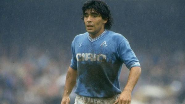 El día que Maradona se arriesgó a jugar en el barro para salvar la vida de un niño